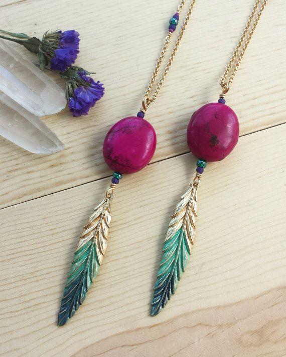 Ce collier dispose d'une perle de magnésite chaude fuchsia/rose vif avec une breloque plume ombre peintes à la main, turquoise et bleu et de perles en verre tchèque d'accent.  Le pendentif mesure environ 4 de long x environ 1 de large avec une chaîne en plaqué de 32.  Ce collier est assez long à glisser au-dessus de la tête et na pas un fermoir.  La chaîne est en laiton nickelé, solide et sans nickel.  :::::::::::::::::::::::::::::::::::::::::::::::::::::::::::::::::::::::::::::::::::::...