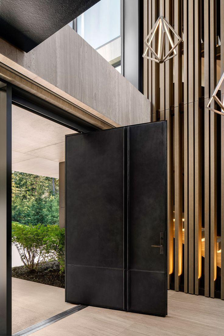 Un retiro en el campo con arquitectura de vanguardia y una maravillosas vistas al lagoelledecoresp Modern Lake House, Modern House Design, Cabinet D Architecture, Architecture Design, Huron House, Wood Stair Treads, Modern Entrance Door, Modern Entry, Pivot Doors