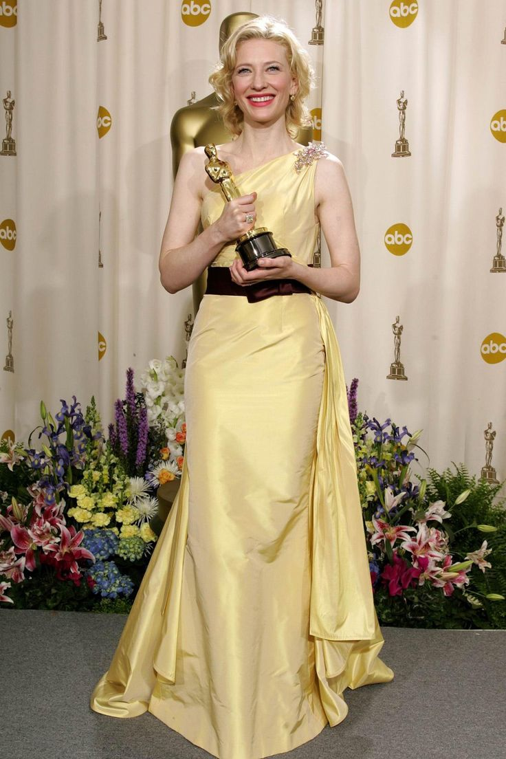 Cate Blanchett collected the 2005 Best Supporting Actress Oscar for her performance in The Aviator wearing a gown by Valentino.
