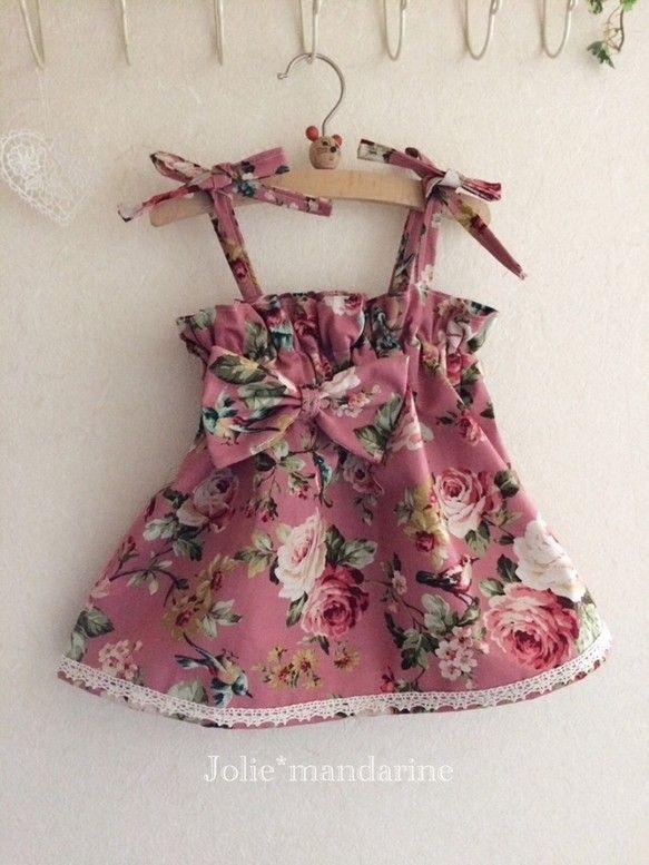鮮やかなローズプリントに綺麗な鳥達が 集まる素敵な花柄でお作りしました。 素材は麻20%・綿80%洗う度肌に馴染むハーフリネンです。 綿麻リボン付き4ウェイキャミソールワンピース&スカートです。 肩紐は長さ調節出来ますので お子様に合わせて着用いただけます 長く使っていただけます 紐を中に隠せばスカートとしても着用出来ます リボンを付けました。 胸元にゴムが2本入っています。 裾に綿レースを付けました 少しくすみ感の有るピンクは これからの季節 お手持ちのお洋服と重ね着したら可愛いと思います。 ワンピースにしたりスカートにしたり 着回せます。 1着有ると重宝するアイテムです 出産祝い、お誕生日プレゼントにも おすすめです 平置き採寸 肩紐32㎝丈31㎝ウエスト22㎝ 目安サイズ 80〜90お洗濯は必ずネットに入れて手洗いをおすすめいたします 薄い色の物とはお洗濯しないで下さい サイドの始末はジグザグミシンです 素材 花柄綿麻素材 生地麻20%綿80% 0歳 1歳 鳥 花柄 コーラル ベビー 赤ちゃん ベビー服 こども服 便利 可愛い 女の子 おめかし おしゃれ※作品について※・…