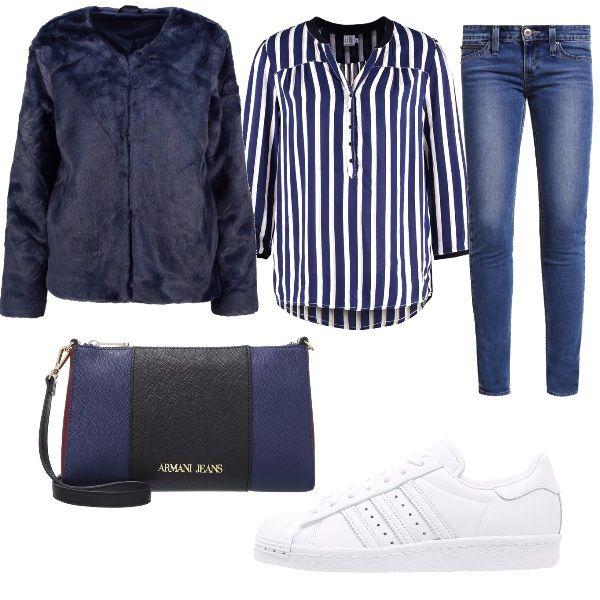 Un outfit composto da jeans e camicia a righe a cui ho abbinato una giacca blu ed una sneakers bassa bianca, ma basta cambiare modello di scarpa per rendere questo outfit adatto a diverse occasioni. Come accessorio ho abbinato una tracolla che richiama i colori dell'outfit.