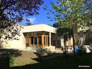 Photo: Chantier - Avec la finalisation des enduits extérieurs, la maison prend place dans son site.  Contactez-nous pour plus d'informations. www.3b-architecture.fr