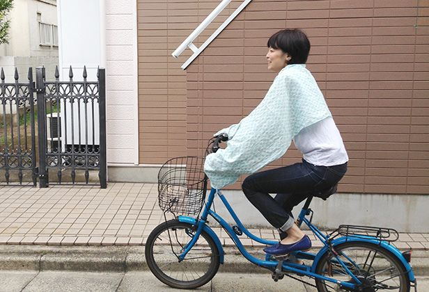 夏ですね。一歩外へ出ると、焼け付く日差しが痛いです…。駅まで自転車に乗る、ほんの10分だけでもジリジリと焦げる感じ。特に腕が!しかしアームカバーというものにどうしても抵抗があるので、どうせならアームカバーにもなるストールを作ってみようと思いました。