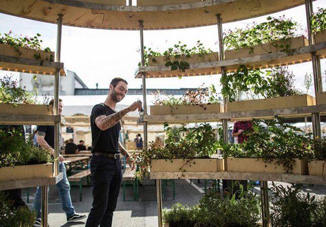 The Grownroom, o incrível jardim que você vê abaixo, é um projeto do escritório dinamarquês Space 10 em parceria com a IKEA. Criado para ser uma exploração artística do enorme potencial que a agricultura urbana traz, ele é feito apenas de compensado e parafusos. A estrutura vazada, criada pelos arquitetos Mads-Ulrik Husum e Sine Lindholm, propõe um novo conceito de jardim interno, onde é possível não só plantar uma horta com ervas e vegetais, mas também oferecer uma espécie de abrigo para…