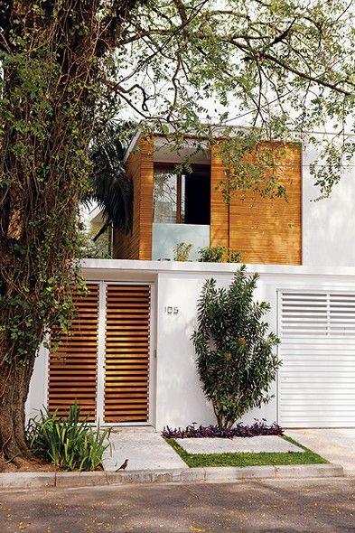 Com paredes curvas fechadas por vidros e volumes em balanço que dão leveza, o sobrado de 360 m², projetado pelo arquiteto Jorge Siemsen, abraça uma jabuticabeira no terreno em bairro nobre de São Paulo. Ela é só um item na generosa área externa