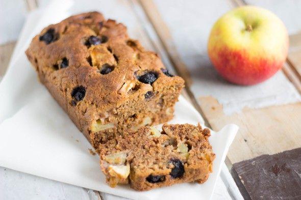 Wat is het een plaatje hè en wat is 'ie lekker! Deze gezonde bosbessen appelcake is gemakkelijk te maken, gezond en lekker. Wat wil je nog meer?! Enjoy!