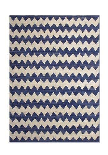 Esse tapete kilim mede 3,5 m x 2,69 m e possui padronagem chevron em azul. Produzido artesanalmente em lã de algodão do Paquistão, o item está à venda na By Kamy (www.bykamy.com.br)