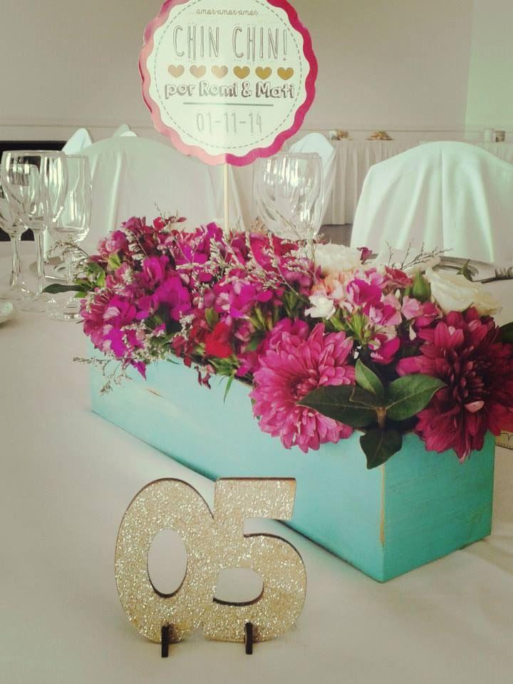 arreglo florar colorido para una boda de dia