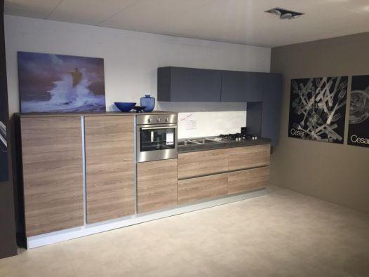Descrizione: Cucina lineare dalle linee pulite e moderne con ante in laminato polimerico di spessore 2 cm e gole ad