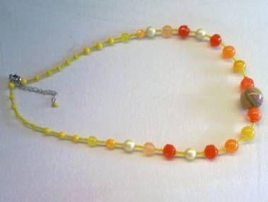 Halsketting (57cm ) met geel en oranle kralen gescheiden door kleine gele rocailles  8 €