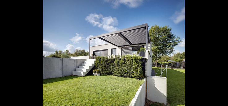Umbris patio roof | patio shading | automated aluminium louvre | with side extended leg for bespoke architectural design