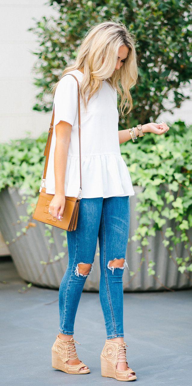#summer #outfits Un poco Peplum superior (que tiene el más lindo de la parte posterior), pantalones vaqueros rasgados, y mis cuñas favoritos para #ootd de hoy!