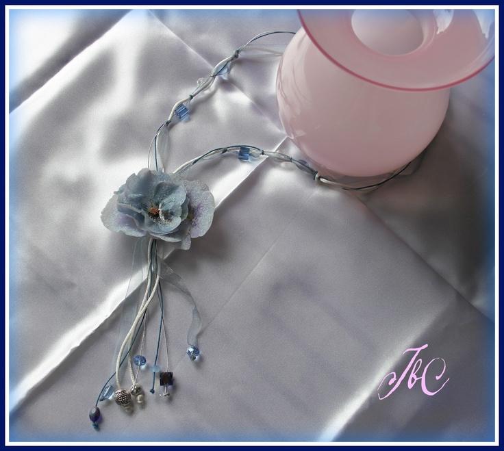Collana con inserti di viole azzurre in ST e tecnica Ghiaccio.