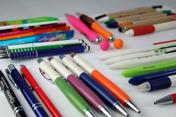 Nous en avons pour tous les goûts, dans toutes les formes et dans tous les budgets ! Les marques que nous distribuons : Bic, Senator, Toppoint, Prodir, Waterman, Parker, Pilot, Schneider, Stabilo, Uma, Rotring, Marksman, Balmain,… Les techniques de marquages évoluent sur les stylos ! De l'impression numérique 360° au marquage miroir sur le stylo gomme, vous avez des combinaisons possibles infinies pour réaliser votre stylo unique.