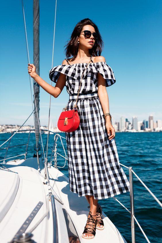 Como usar babados na próxima estação. Vestido longo com estampa vichy, preto e branco, bolsa vermelha, sandália estilo gladiadora, lace up