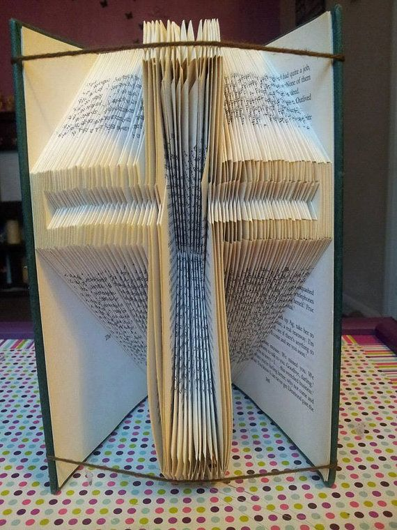 Begleiten Sie meine Facebook-Gruppe Buch Folding Patterns von Foldilocks für viele der Muster-Beispiele und einige Anleitungen auf wie zu beginnen.  Sie erhalten das Muster für dieses Kreuz.  Das Muster wurde für ein Buch von 20 cm oder mehr entwickelt. Es hat 161 Falten so 322 Seiten benötigen. Ergebnisse variieren je nach Dicke und Farbe des Papiers, die Geschicklichkeit des Ordners und Dichtigkeit der Falten gemacht.  Ich habe das Muster gestaltet, und das Buch wurde von einem…