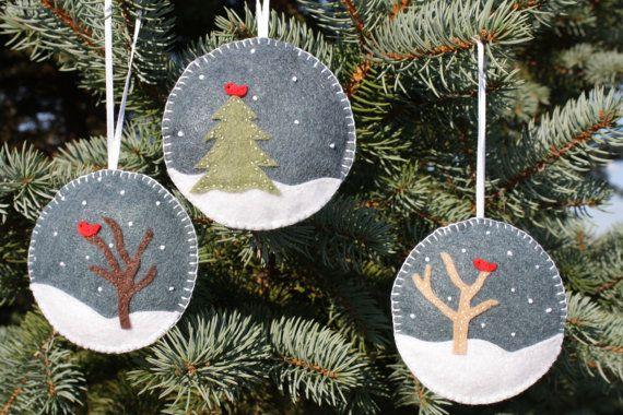 Árboles desnudos, snow y cardenales... Está empezando a parecer Navidad! Se trata de un conjunto de tres adornos. Corte todo mano libre de adornos y luego coserlas en el fondo sentía. Nieve es bordada. Estos son llenos de Poly-Fil y vienen con cinta unida. Tamaño - 9 1/2 cm de diámetro (3 3/4).