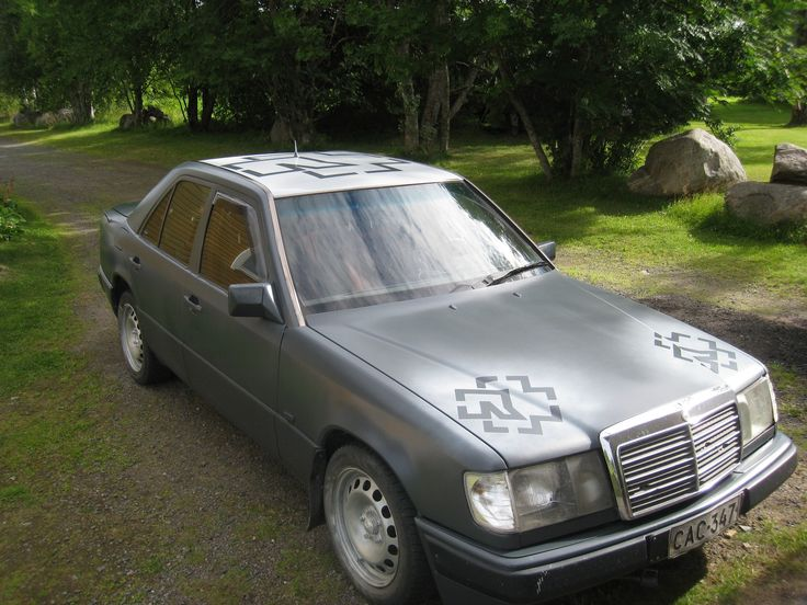 Jaakko Vedenoja päätti ettei auton maalaamisen tarvitse olla aina niin vakavaa. Tällä vuoden -89 Mercedes-benzillä on jo kuulemma ajettu 847000km. Nyt se sai uuden elämän mattaharmaana ja Rammsteinin logoilla varustettuna.
