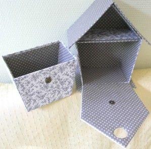 Voici le tuto que vous attendez avec impatience, pour réaliser votre propre nichoir : Il va vous falloir : du carton épais (calendrier) du carton fin (type boite de pâtes ou de céréales) du papier kraft gommé de la cartonnette claire si vos tissus sont...