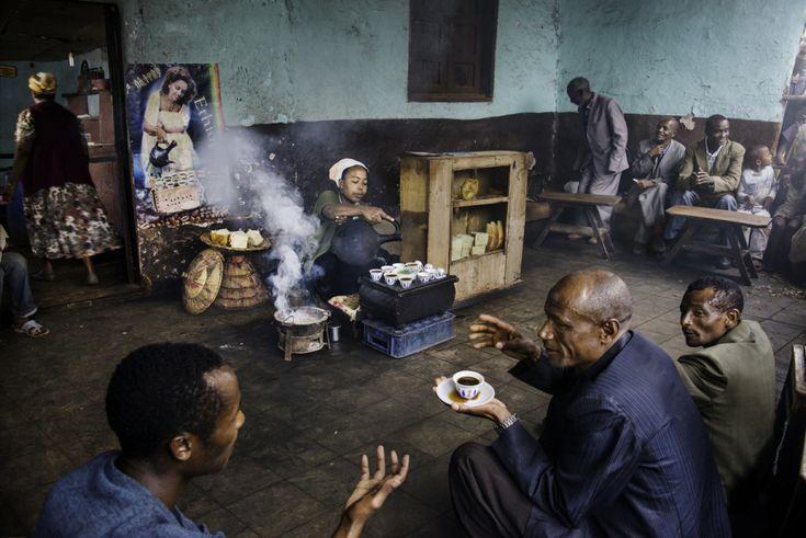 ETHIOPIA-10504 - Steve McCurry - Colors of Ethiopia. A cerimônia de café é parte integrante da cultura etíope. A sua importância cultural e social não pode ser superestimada. Acredita-se que as bênçãos será concedido a quem praticar este ritual.