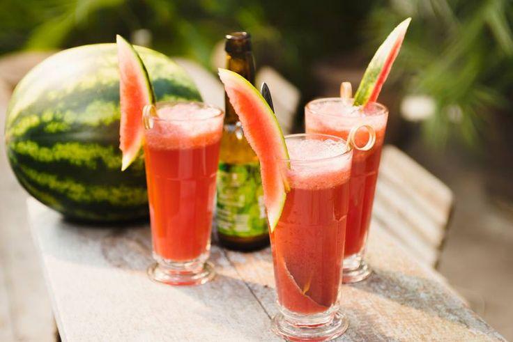 Bij een barbecue hoort natuurlijk een lekker gekoeld drankje om mee te proosten, zoals deze variant met watermeloen en IPA. - Recept - Allerhande