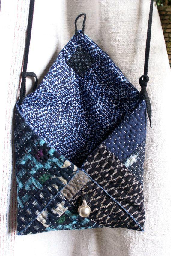 petit sac pochette en forme denveloppe cousu et quilté à la main, en cotons japonais ikat (kasuri) dans les tons bleu indigo , inspirée par le sashiko et le kantha, pochettes Banjara... la doublure intérieure est en coton yukata (kimono dété) le rembourrage intérieur est 100 % coton jai cousu deux petits anneaux en ficelle de lin afin dy glisser un lacet noir plat pour le porter en bandoulière, qui peut se retirer et se changer... cette pochette ferme par un système de boutonnière fa...