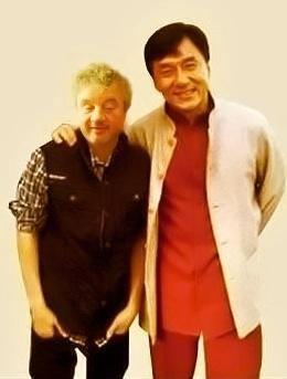 Vyznavač bojových umění Josef Pepino Kučera si vyrazil až do Honkongu, aby se přesvědčil, že se ještě musí hodně učit. Z nerovného souboje se svým idolem Jackie Chanem vyšel silně pomuchlán jak fyzicky, tak psychicky.
