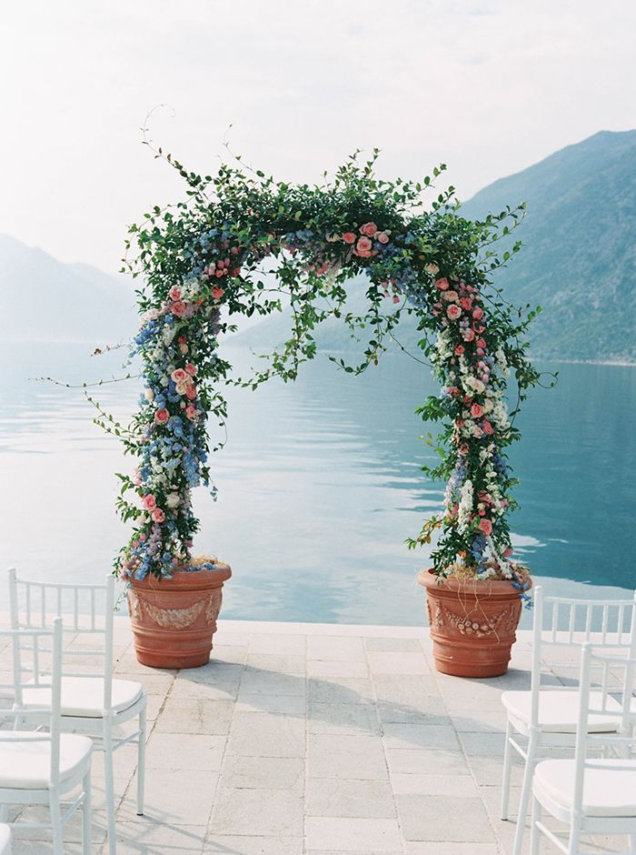 What a pretty potted flower arch! Now if only we could be in the mountains too... #weddings