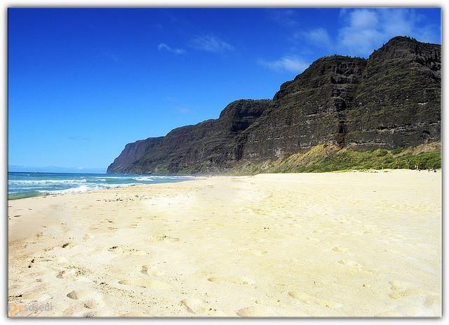Пляж Гавкающие пески – #Соединённые_Штаты_Америки #Штат_Гавайи (#US_HI) Какие чудеса еще в себе таят гавайские пляжи??? Наш сегодняшний герой с виду ничем особенным не выделяется (если не считать того, что военные запускают с него баллистические ракеты...), но вот на слух вы этот пляж точно ни с одним другим не перепутаете - ведь его песок лает не хуже настоящей собаки! http://ru.esosedi.org/US/HI/1000089622/plyazh_gavkayuschie_peski/