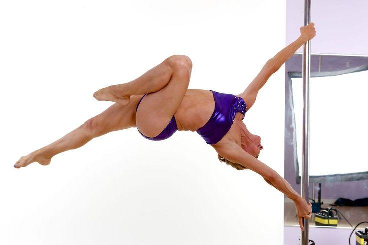 11 photos de personnes âgées hyper actives qui brisent tous les stéréotypes! Âgée de 63 ans, Greta a commencé le pole dance il y a deux ans lorsqu'on lui a diagnostiqué une ostéoporose, une maladie qui détruit la densité osseuse : « Pour renforcer mes os, j'avais besoin d'exercice intense. Mais l'haltérophilie c'est ennuyant. Du coup je me suis mise au pole dance que j'apprécie davantage ! ».