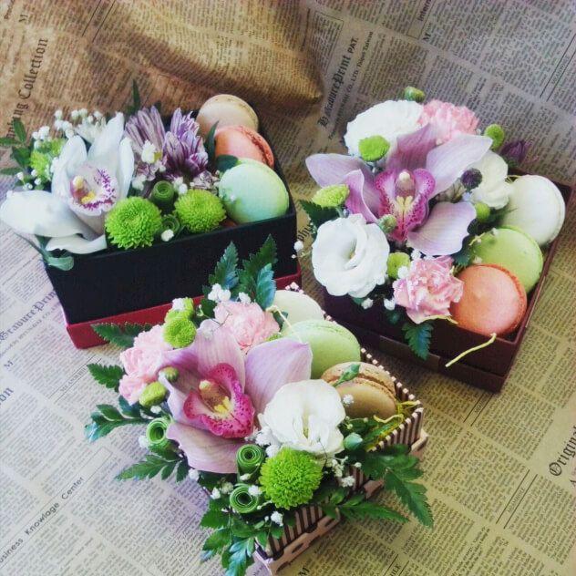 Нежная Коробочка с орхидеей и свежайшим французским печеньем.