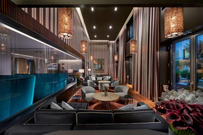 Mandarin bar nabízí příjemné posezení ve velkoryse řešeném prostoru s vysokým stropem a osvětlením, které zajistí intimní atmosféru. Ke kulatým stolkům přiřadil architekt opět svoje křeslo Febo