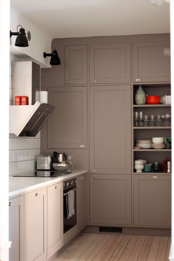 golv och skåp det gråa köket