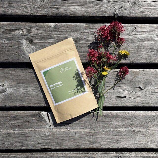 Bio Moringa Pulver in Rohkostqualität der Firma Terra Elements.  Moringa gilt als die nährstoffreichste Pflanze der Welt und enthält wichtige Vitamine, Mineralstoffe und sekundäre Pflanzenstoffe.