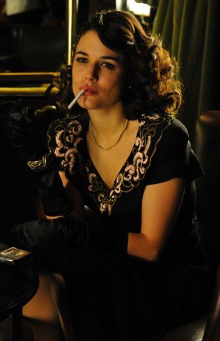 ETEC 1x09 Sira Quiroga fumando