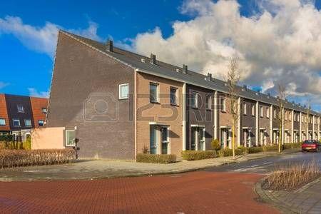 62228689-modern-middle-class-dorpshuizen-in-terra-kleuren-in-nederland-europa.jpg (450×300)