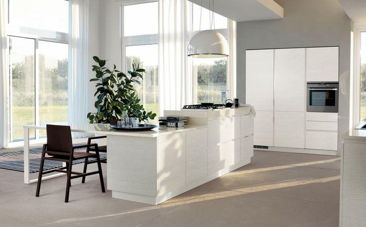Le cucina a isola, quelle cioè che hanno al centro un blocco comprendente basi e – spesso – il piano cottura, privilegiano l'aspetto conviviale e comunicano un senso di dinamica vivibilità all'ambiente.