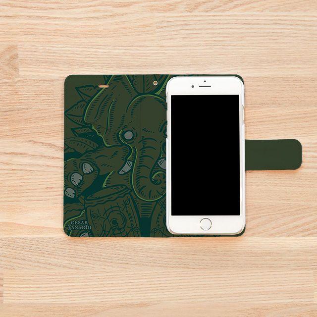 『Jungle Drums/César Zanardi(セサール・サナルディ)』(iPhoneケースINSIDE)  CDジャケットデザインやキャラクター制作等、日本で様々なデザイン活動を展開中のアルゼンチン・ブエノスアイレス出身のイラストレーター/グラフィック・デザイナー『César Zanardi』(セサール・サナルディ)作品。 「このイラストでは、『音楽のマジックと神秘の世界』をテーマにしました。 奥深いジャングルの中から催眠的なリズムが響いてくる・・・ドラムの音が引き寄せる森の神霊、ゾウ達の知恵によってその秘密のまじないが生まれる!」とのこと。