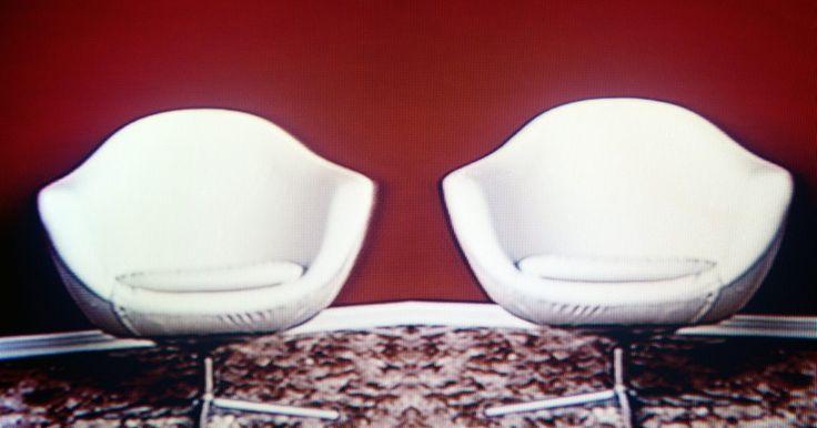 Cómo limpiar las manchas del cuero blanco. ¿Ya no puedes darles la vuelta a los cojines de cuero del sofá una vez más? ¿Guardaste tu bolsa de cuero favorito por una fea mancha? Saca de nuevo tus zapatos de cuero favoritos, límpialos y úsalos otra vez. Es posible eliminar las manchas del cuero blanco y la mejor parte es que probablemente ya tienes todo lo necesario para su reparación. He ...