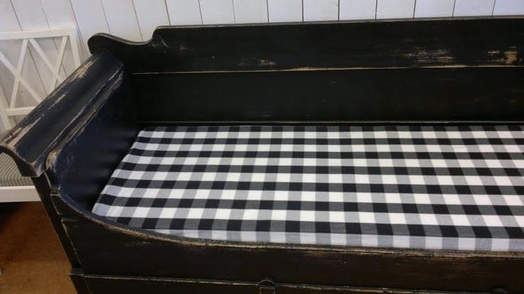 Hemma hos mig...: Kökssoffa/ säng och Månbord SVART!! så snyggt....
