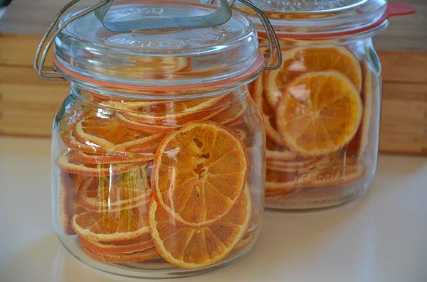 Sinaasappels kunt u het beste drogen als u ze in schijfjes snijd. Laat de schil er altijd aan bij het drogen. Als u de gedroogde sinaasappel wilt gebruiken in gerechten kunt u de schil er afsnijden.Gedroogde sinaasappels kunt u gebruiken voor bijvoorbeeld: sinaasappelthee of sinaasappellimonade.U