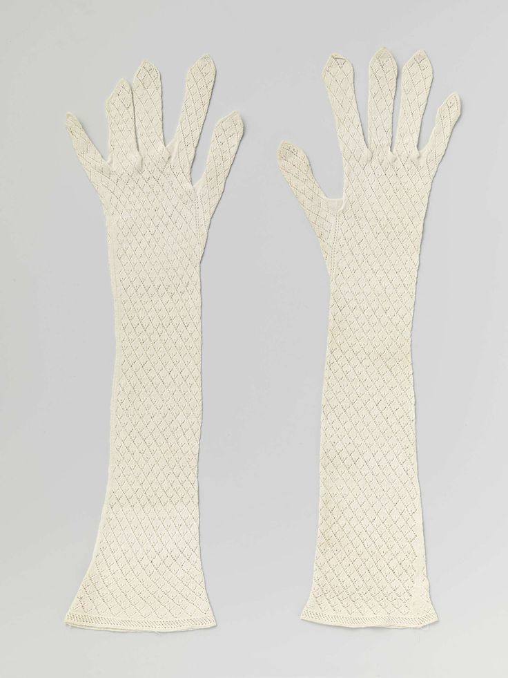 Anonymous | Pair of gloves, Anonymous, c. 1800 - c. 1825 | Rechterhandschoen van witte katoen gebreid in ajour patroon. De vingers hebben open toppen.