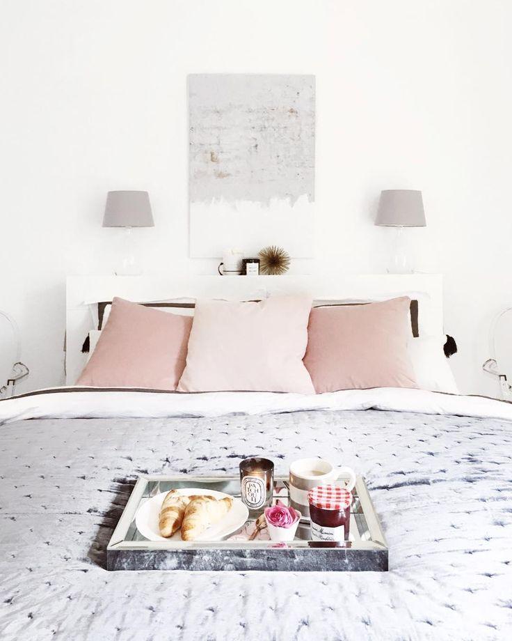 Frühstück im Bett! So haben wir es am liebsten.Bei diesem traumhaften Schlafzimmer in sanftem Rosa und Grau ist das kein Wunder! Die Samt-Kissenhülle Dana sorgt hier für den absoluten Wohlfühlfaktor.// Schlafzimmer Rosa Grau Grey Pink Velvet Kissen Bettwäsche @scando_blog