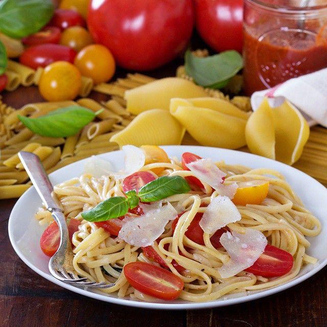 """One-pot tomato basil pasta. Super quick and easy. В профиле @russianfoodieproject проходит #марафонпасты, тема сейчас """"Быстрые рецепты"""", когда соус можно приготовить, пока паста варится. А в этом рецепте, паста и соус готовятся одновременно -  это известный рецепт приготовления пасты с соусом в «одной кастрюле» (one-pot) от Марты Стюарт. Если не добавлять пармезан при подаче, блюдо будет веганским. Можно придумать много вариаций на тему (у нас есть парочка в журнале), главное соблюдать…"""