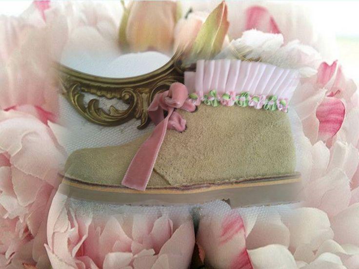 Botitas en color arena y volante plisado con flores en rosa
