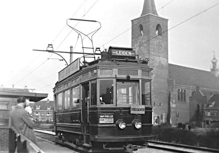Lammenschansweg 40 Leiden met Blauwe tram en Petruskerk