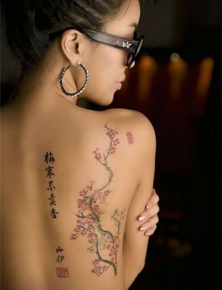 tatouage japonais pour femme avec lettres et fleurs de cerisier