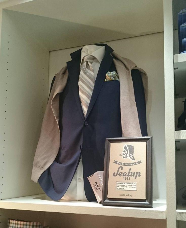 Toe aan een klassieke combinatie? Bij ons bent u aan het juiste adres. @harvie__herenmode  #harvie #harvieherenmode #harvieherenmodegroningen #barba #ermenegildozegna #caruso #ermenegildo #zegna #suit #tie #shirt #pocketsquare #fashion #style #class #classy by harvie__herenmode