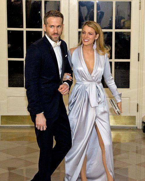 Fashion-Looks: ... während das Paar an den Fotografen vorbei zum Dinner geht, blitzt unter Blake Livelys Kleid ihre ebenfalls silberne Bauchweg-Hose hervor. Dass sie offenbar auch mit Problemzönchen kämpft, macht die schöne Schauspielerin nur noch sympathischer.