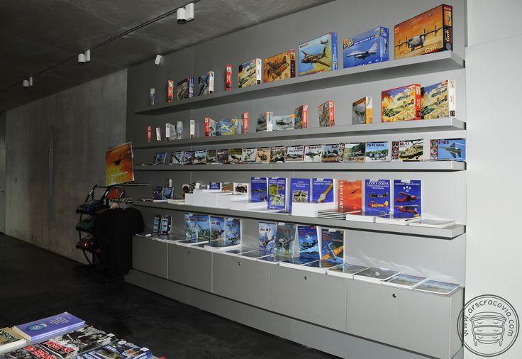 Muzealny sklepik -szafki i regał z półkami wpuszczonymi w panelowe plecy, obłożone anodowaną blachą aluminiową grubości 1 mm.